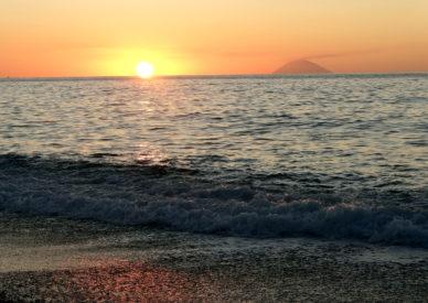 046-tramonto-con-lo-Stromboli